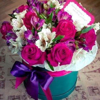 Альстромерии и розы в коробке