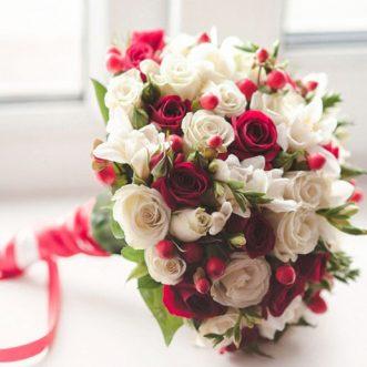 Букет невесты из красных и белых роз «Богиня любви»