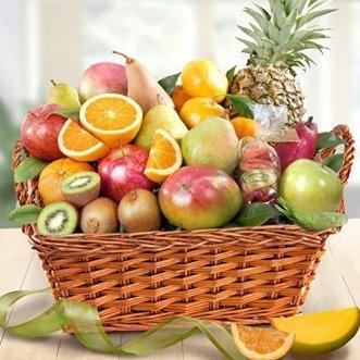 Фруктовая корзина с ананасами, манго и апельсинами