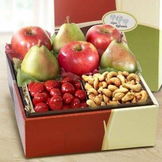Коробочка с яблоками, грушами и орешками