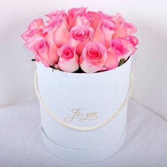 19 розовых роз в коробке