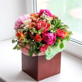 Композиция с пионами и розами