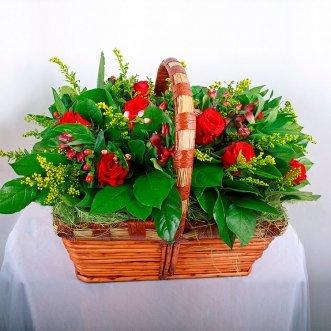 Корзина с розами и гиперикумом