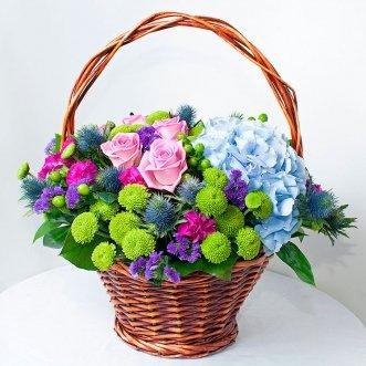 Корзина синих гортензий и роз