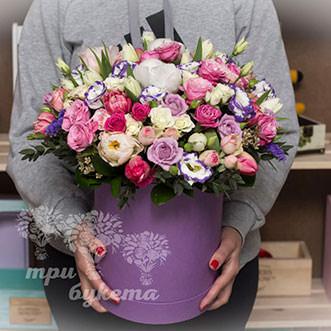Пионы и розы с тюльпанами в коробке