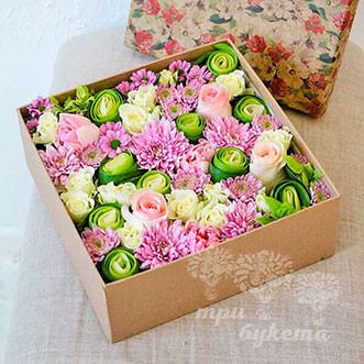 Розовые розы и хризантемы в коробке